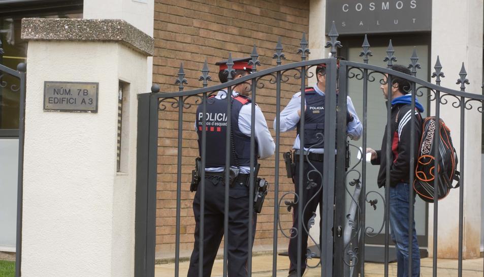 Imatges dels Mossos d'Esquadra escortant la vivenda de la víctima.
