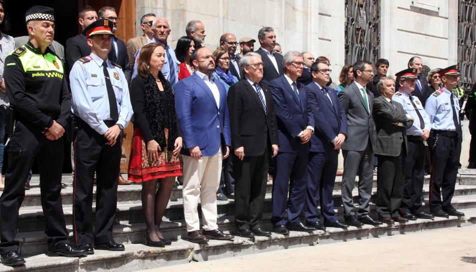 Pla general lateral de les autoritats a les escales de l'Ajuntament de Tarragona durant el minut de silenci. Imatge del 29 d'abril del 2016