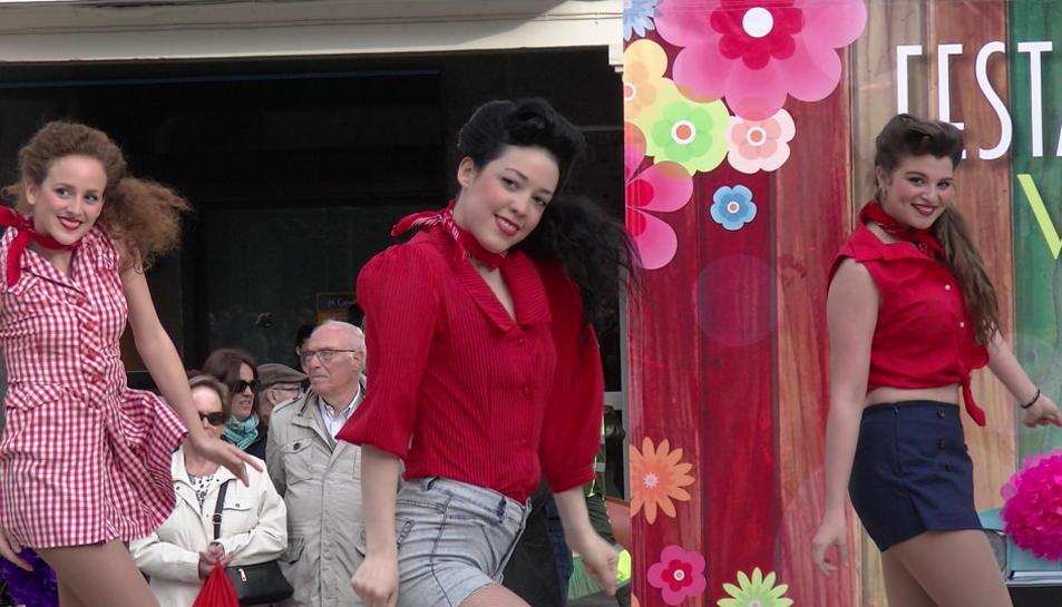 La Festa de la Primavera Vintage de Reus dóna el tret de sortida a la plaça del Mercadal amb dansa vintage i l'actuació del grup musical Stromboli Jazz Band.