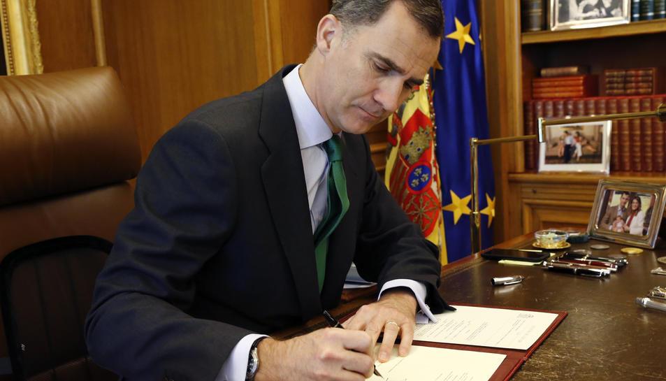 Felip VI signa el decret de convocatòria de les eleccions