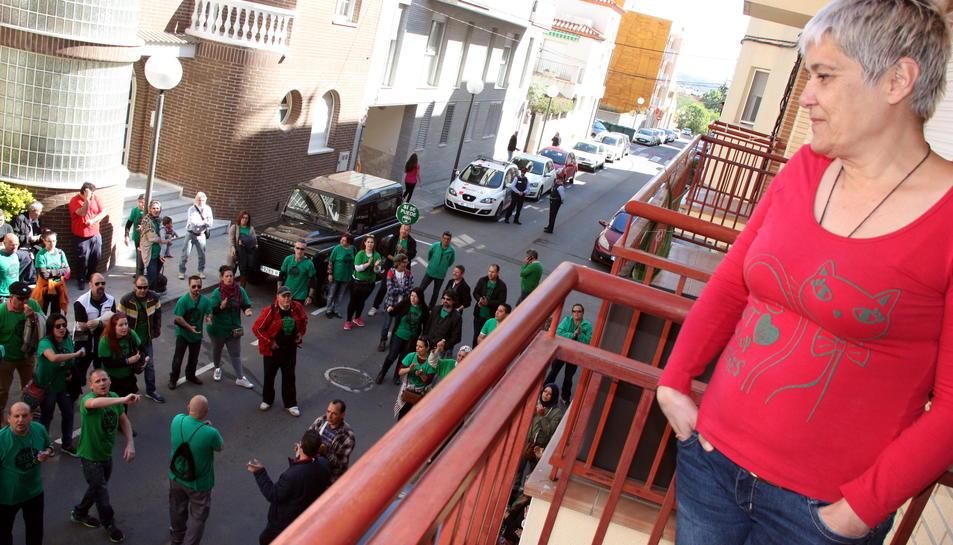 María Jesús Riobó, al balcó del pis de lloguer de la Pobla de Mafumet, on viu des de fa tres anys, mirant baix al carrer la setantena de participants de la PAH de Tarragona que aquest dimarts 3 de maig de 2016 li han donat suport