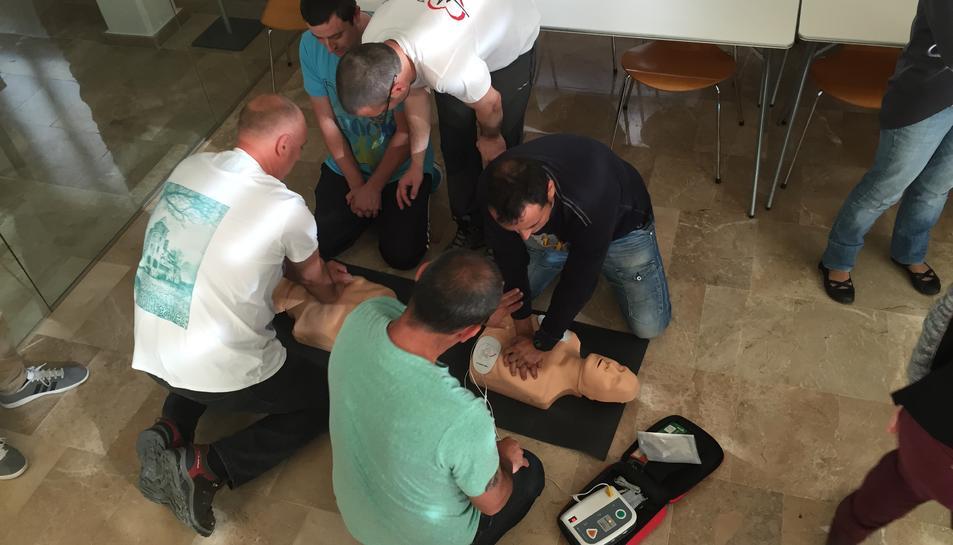 El personal de l'Ajuntament de la Canonja fa un curs de reanimació cardiopulmonar