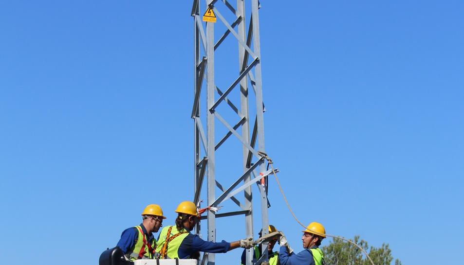 Endesa construeix una nova línia elèctrica per millorar el servei a Cunit, Calafell i Segur de Calafell