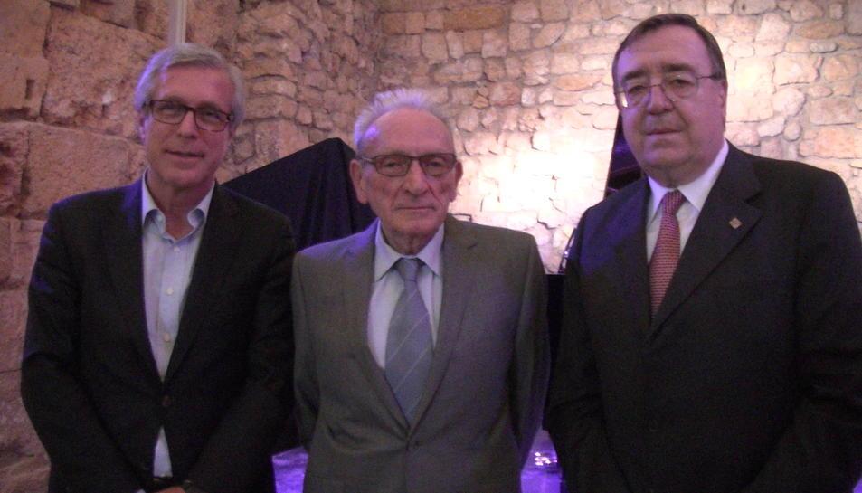 Josep Fèlix Ballesteros, alcalde de Tarragona, Rafael Gabriel, homenatjat i expresident de la Reial Societat Arqueològica Tarragonense, i Joan Josep Marca, president de la Fundació Privada Mútua Catalana.