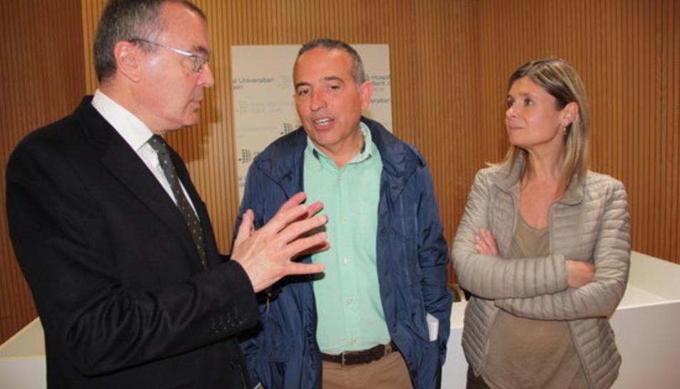 El nou director de l'Hospital Sant Joan de Reus, Òscar Ros, conversant amb l'alcalde de Reus, Carles Pellicer, i la presidenta del Grup Salut Reus, Noemí Llauradó.