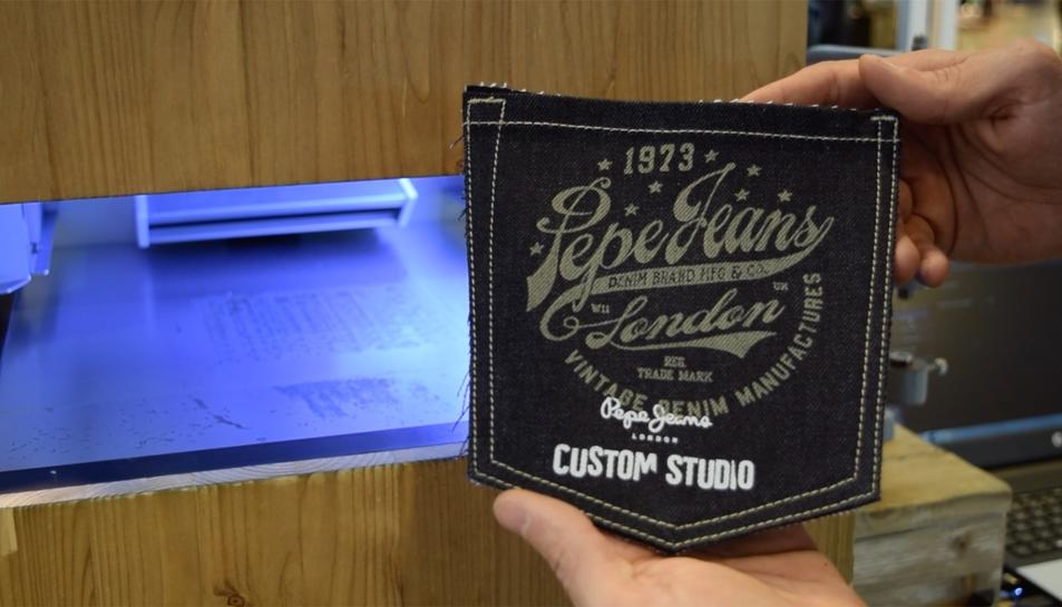 L'estand Pepe Jeans del Corte Ingés personalitza les peces de la marca