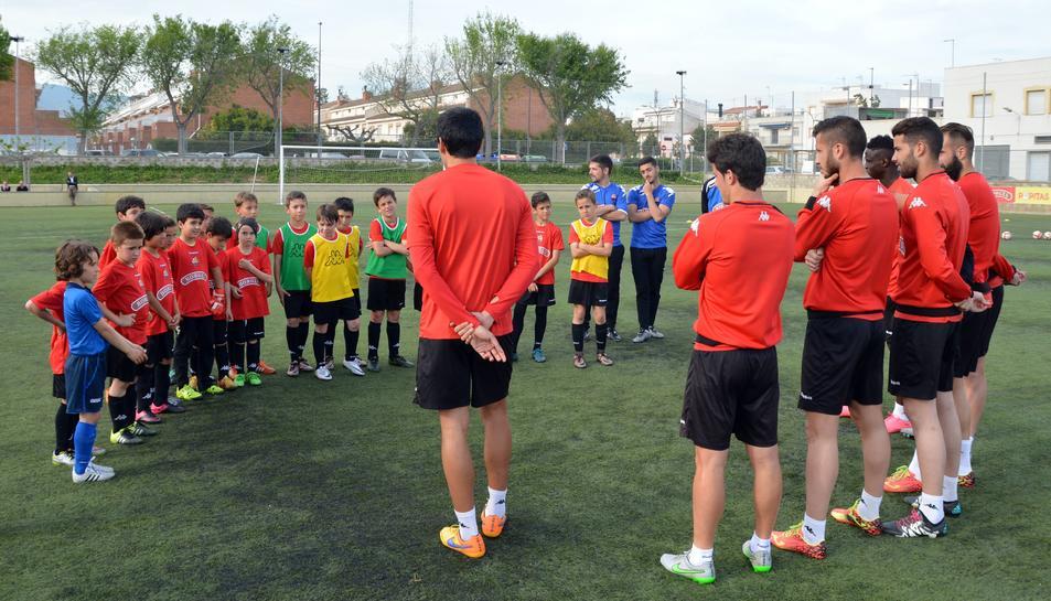 Els 'grans' els ensenyen com arribar a ser futbolistes