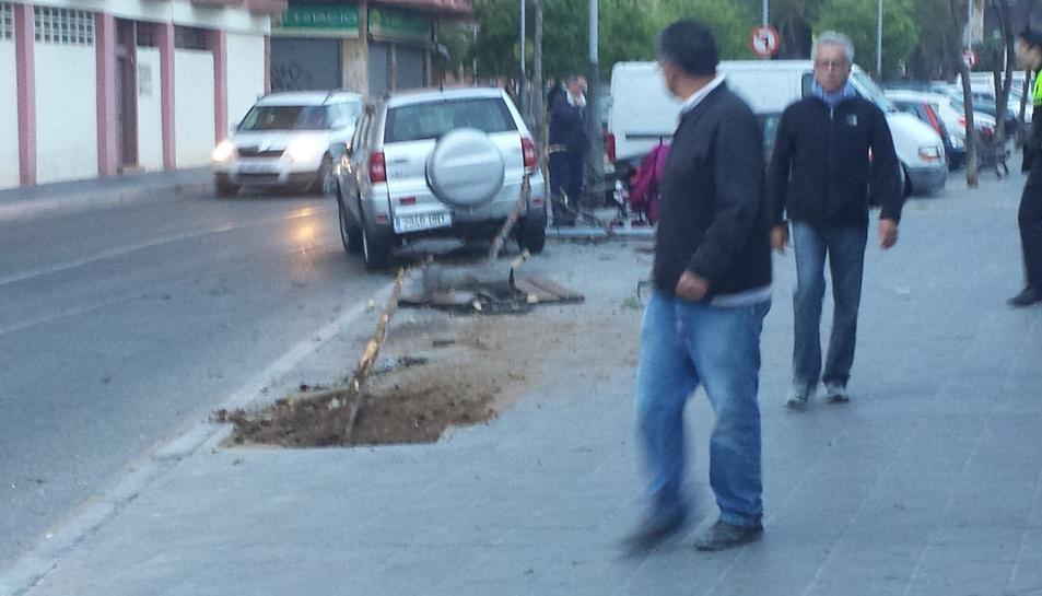 Un tot terreny s'emporta un arbre i mobiliari urbà a prop de l'estació de trens de Tarragona