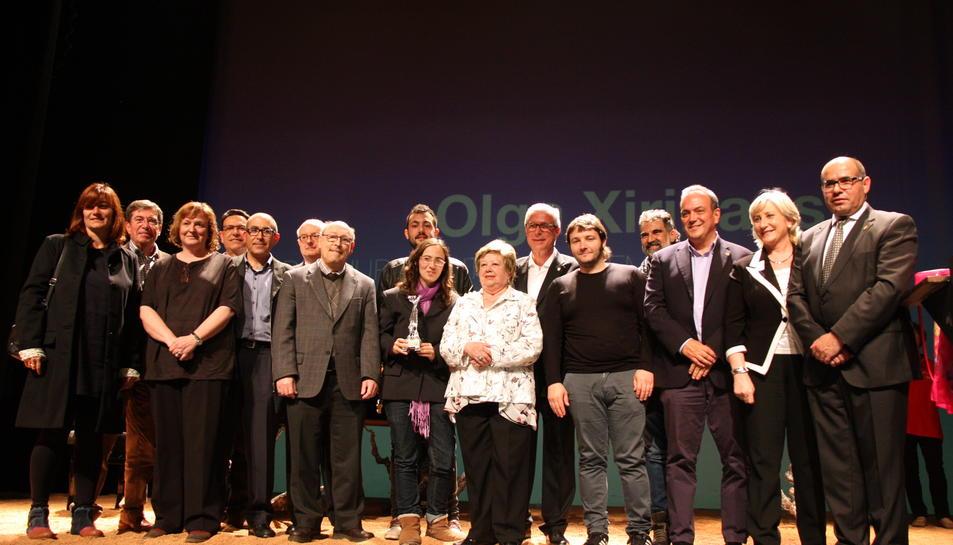 Foto de família en acabar l'entrega dels Premis Literaris Ciutat de Tarragona, en un acte celebrat al Teatre Metropol de la ciutat el 7 de maig de 2016