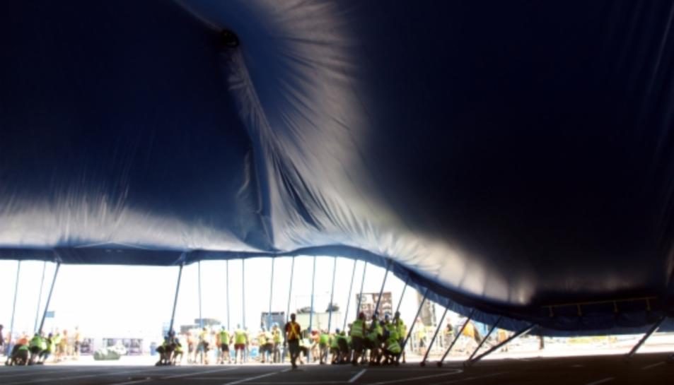 Moment de l'aixecament de la carpa del Cirque de Soleil al Port Aventura.