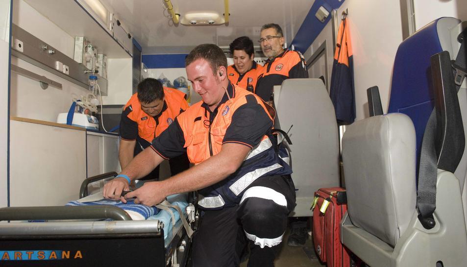 Membres de protecció civil en un dispositiu d'emergència pels castells de focs.