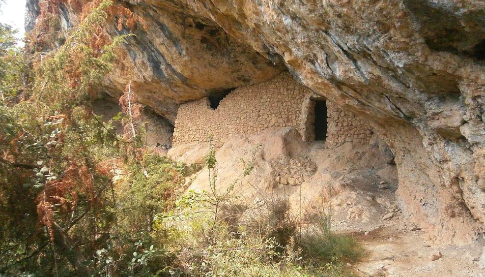 Un home de 86 cau de 15 metres a la Cova del Corral de la Febró
