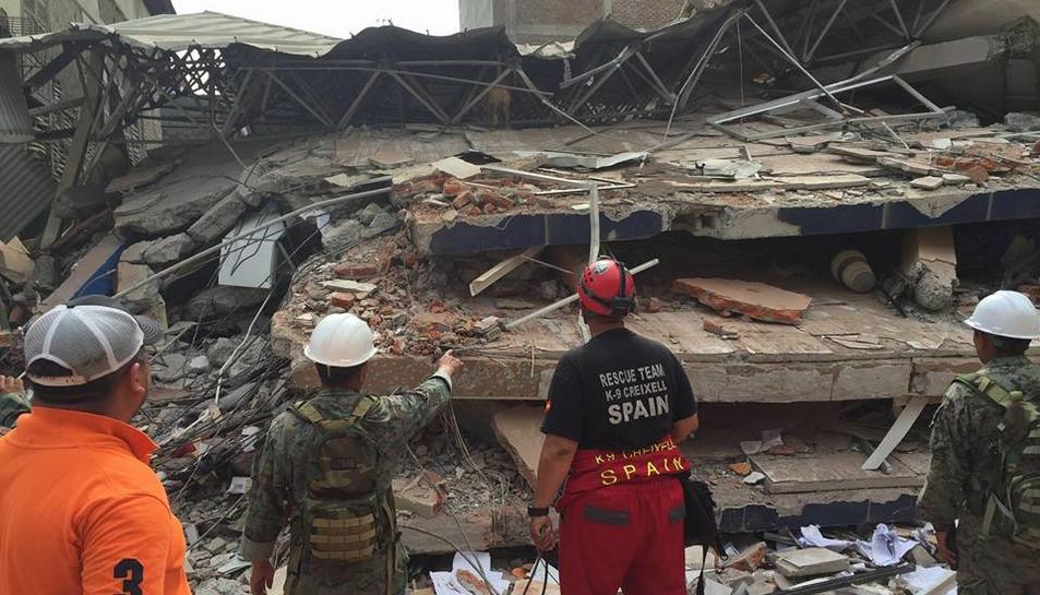 Un grup de tarragonins recull material pels afectats pel terratrèmol de l'Equador