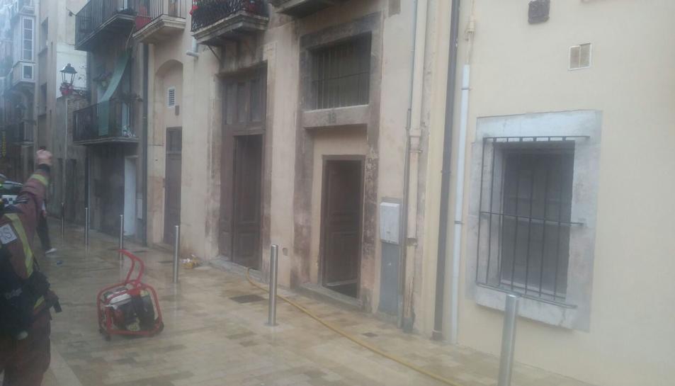 L'incendi ha tingut lloc a la planta baixa del número 18 del carrer del Trinquet Nou, al cor de la Part Alta de Tarragona.