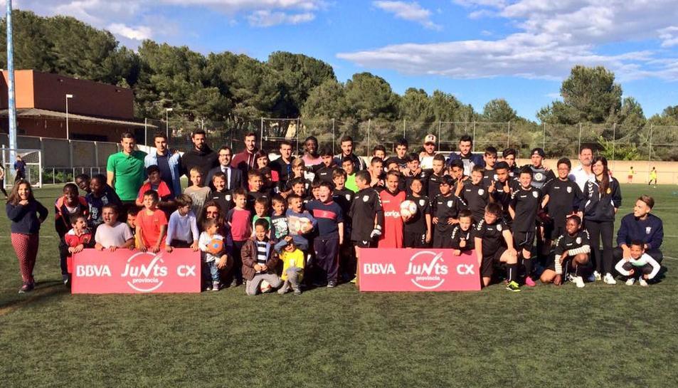 Els jugadors del primer equip del Nàstic visiten els nens de la base de la UD San Salvador en una nova visita del projecte #JuntsProvincia BBVA CX.