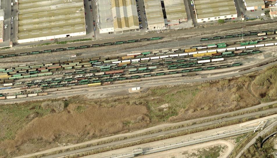 Vista aèria de l'estació de Tarragona–Classificació, on s'adapten els trens a les vies generals abans de que marxin.