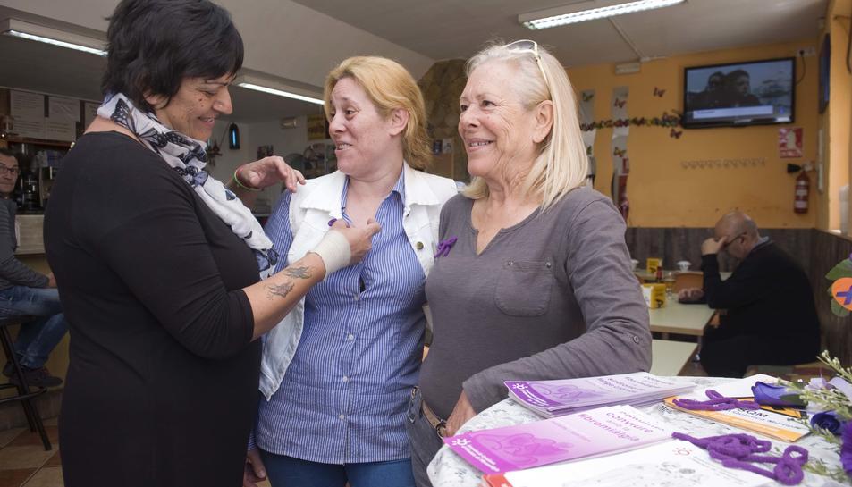 Sònia Navarro, a la paradeta de la seva cafeteria, parlant amb altres afectades de fibromiàlgia.
