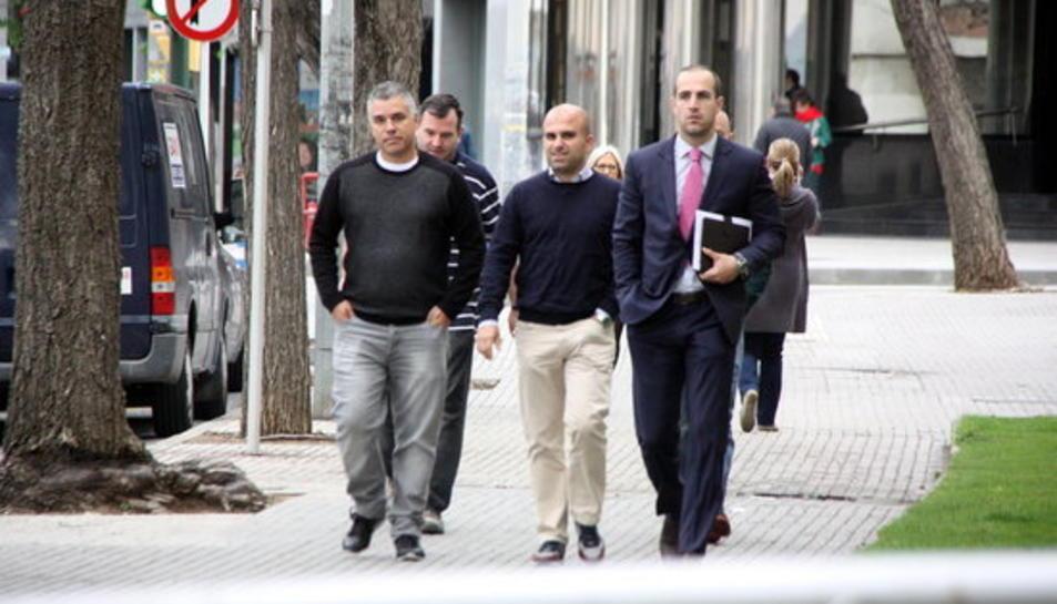 L'exsecretari d'organització i acció electoral de PxC, David Parada (centre), arribant als jutjats de Reus amb el seu advocat i altres membres del partit.