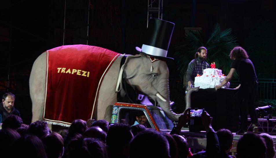 L'elefant, emblema de la Fira Trapezi Reus, amb el pastís per celebrar els 20 anys, davant del públic en el Cabaret inaugural el 12 de maig de 2016