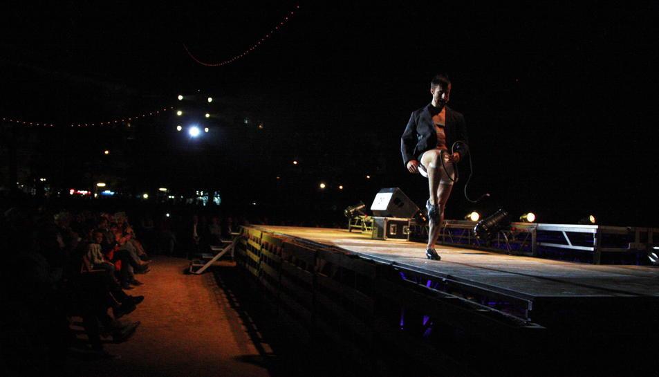 Pla obert del públic i l'artista durant l'espectacle 'Cavall', amb fuet, d'Animal Religion. Imatge del 12 de maig de 2016