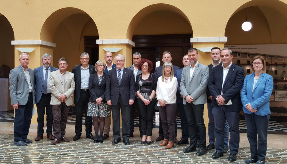 Representants de la Diputació de Tarragona i dels consells comarcals en una foto de grup a la seu de la institució a Tarragona.