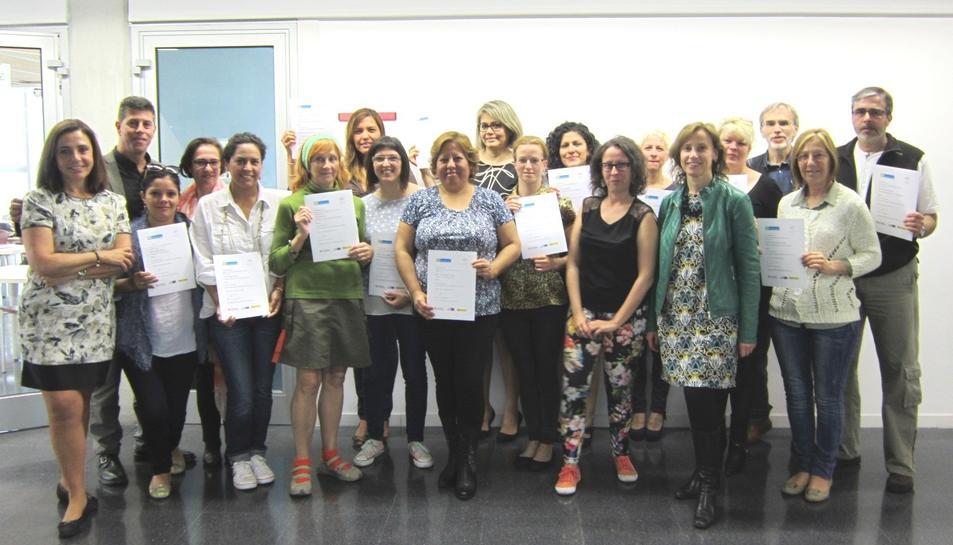 Catorze persones aturades reben els certificats dels cursos de català del programa Aprèn.cat
