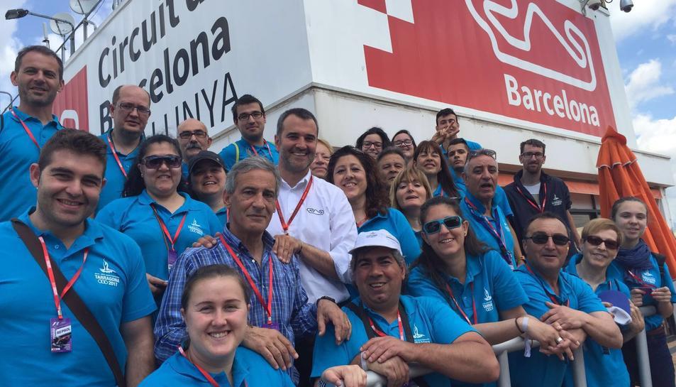 Els voluntaris de Tarragona 2017, amb el director del Circuit de Catalunya