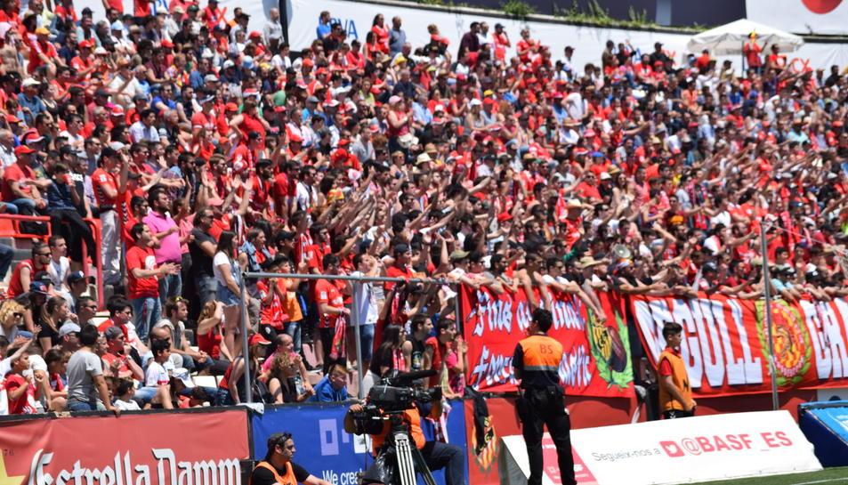 Una hora abans de començar el partit, les immediacions del Nou Estadi estaven plenes d'aficionats del Nàstic.