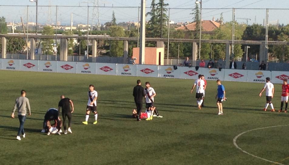 Els jugadors del CF La Pobla derrotats, després del partit.