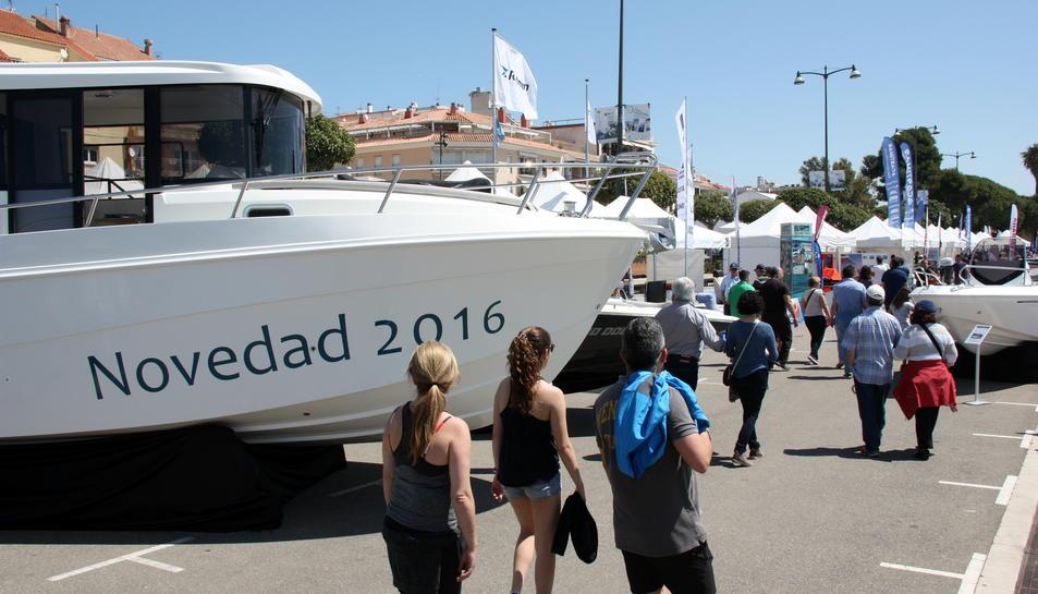 Visitants passejant entre les embarcacions exposades al passeig marítim de Cambrils, en el marc de la fira nàutica, el 16 de maig de 2016