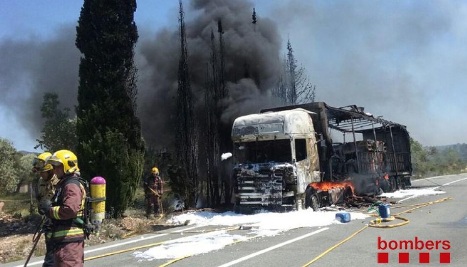Un camió tràiler s'incendia a Rasquera i provoca un petit incendi forestal