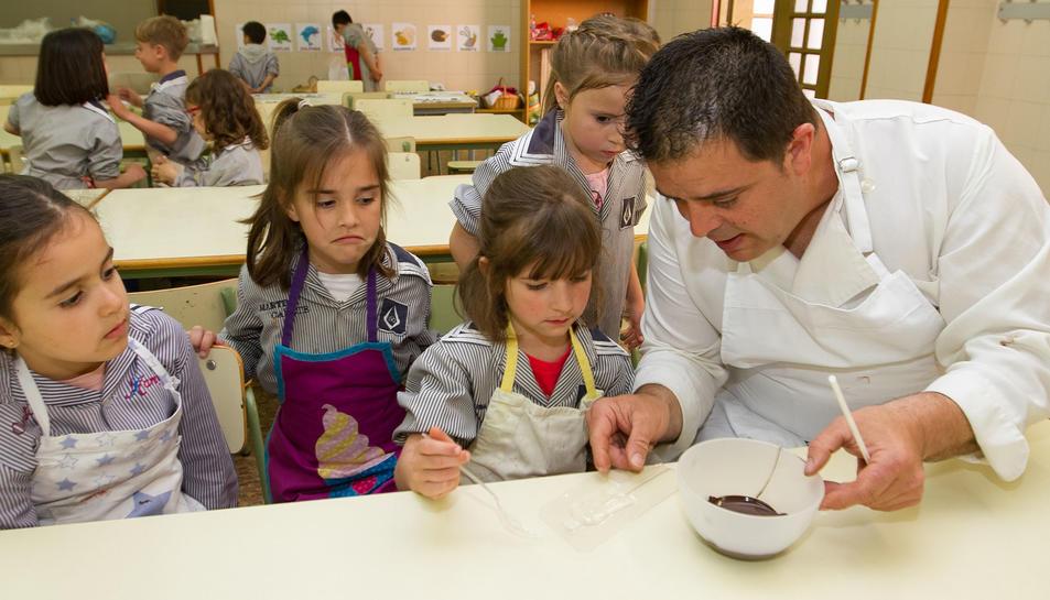 La Pastisseria Huguet ensenya a fer piruletes de xocolata