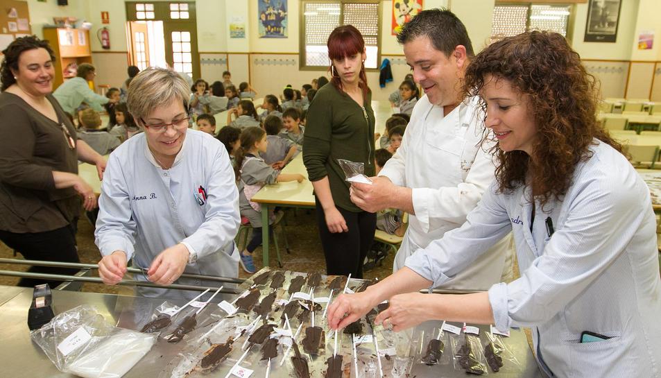 La Pastelería Huguet enseña a hacer piruletas de chocolate