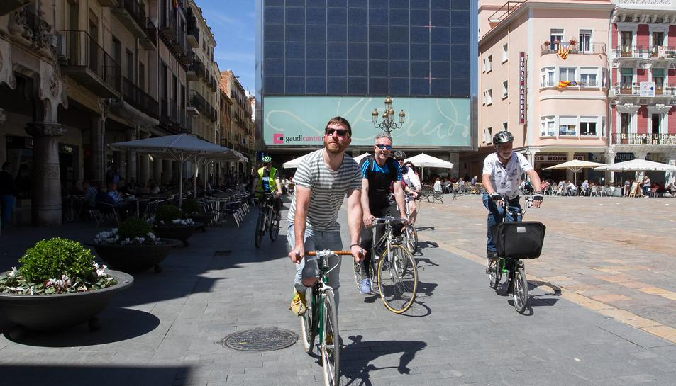 Ciclistes de BiciCamp circulen per la plaça Mercadal.