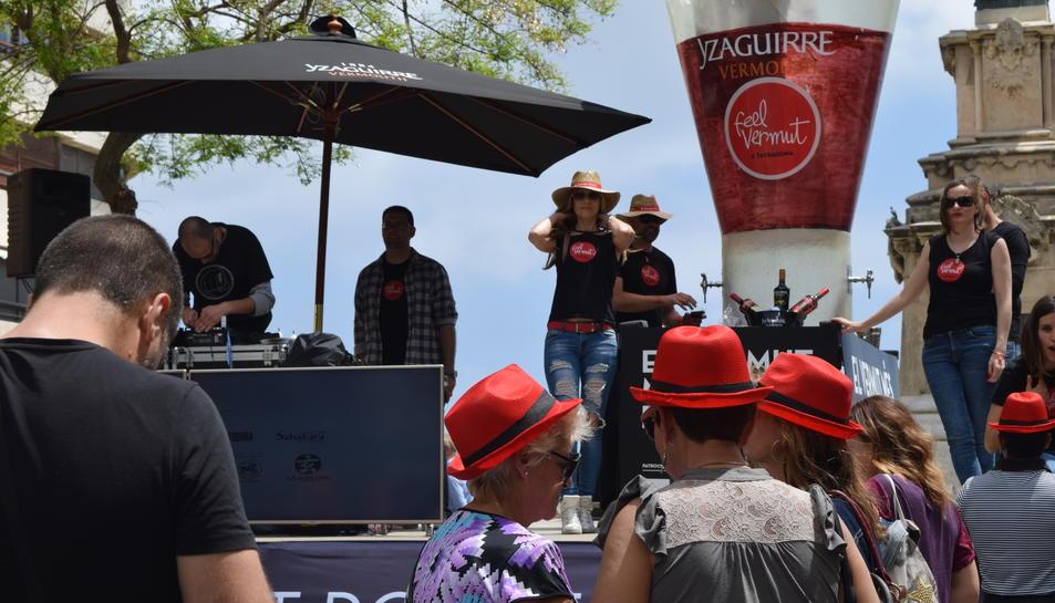 El primer tram de la Rambla Nova de Tarragona ha acollit el Feel Vermut solidari a favor de la Fundació Noelia.