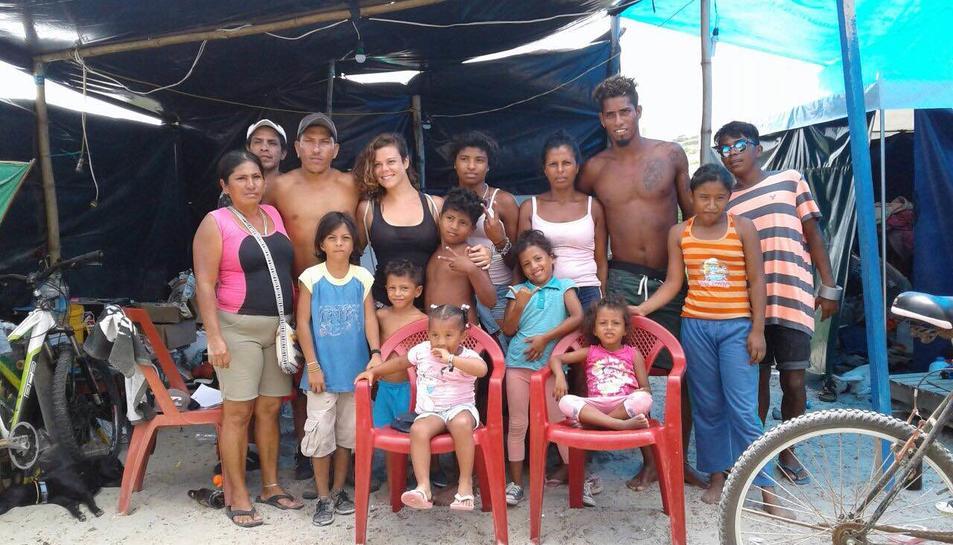 La jove al centre, amb la família de la seva parella, vivint en tendes després del terratrèmol.