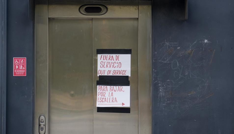 A la porta superior de l'ascensor es poden veure dos cartells informatius.