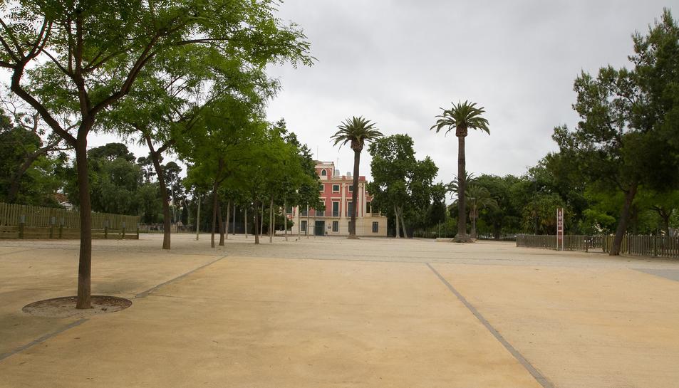 La plaça del parc de Mas Iglesias és un dels punts on hi ha més incivisme de la zona.