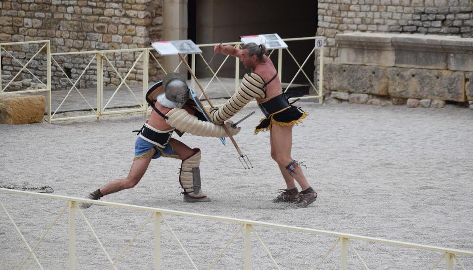 Els Provocatores entren a l'arena de l'Amfiteatre Romà de Tarragona. El públic aplaudeix. Els dos gladiadors es miren als ulls, saben que lluitaran i que un dels dos 'morirà'. L'àrbitre ordena el tret de sortida: «Pugna». I comença l'acció. Així comença un dels actes més multitudinaris i exitosos del festival Tarraco Viva. Des de fa molts anys, els homes, i en aquest cas, les dones, de Dario Battaglia —director de l'Istituo Ars Dimicandi— captiven als tarragonins amants de la història.
