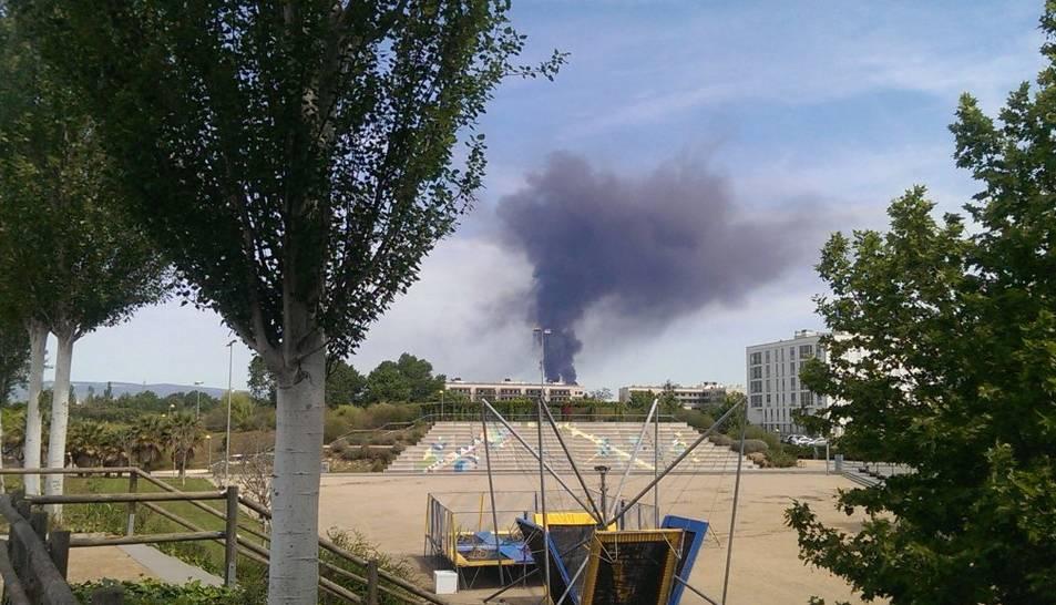 Dues grans columnes de fum negre al polígon Nord alerten Tarragona