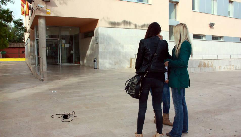 Voluntàries d'AnimaNaturalis, que van gravar els fets de Mas de Barberans, entrant als jutjats d'Amposta. Imatge del 24 de maig de 2016