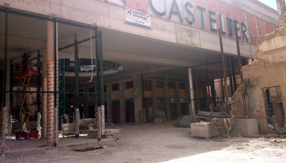 Imatge de les obres del Museu Casteller de Catalunya a Valls, de l'edifici en construcció i d'un immoble ruïnós al seu costat, el 24 de maig del 2016