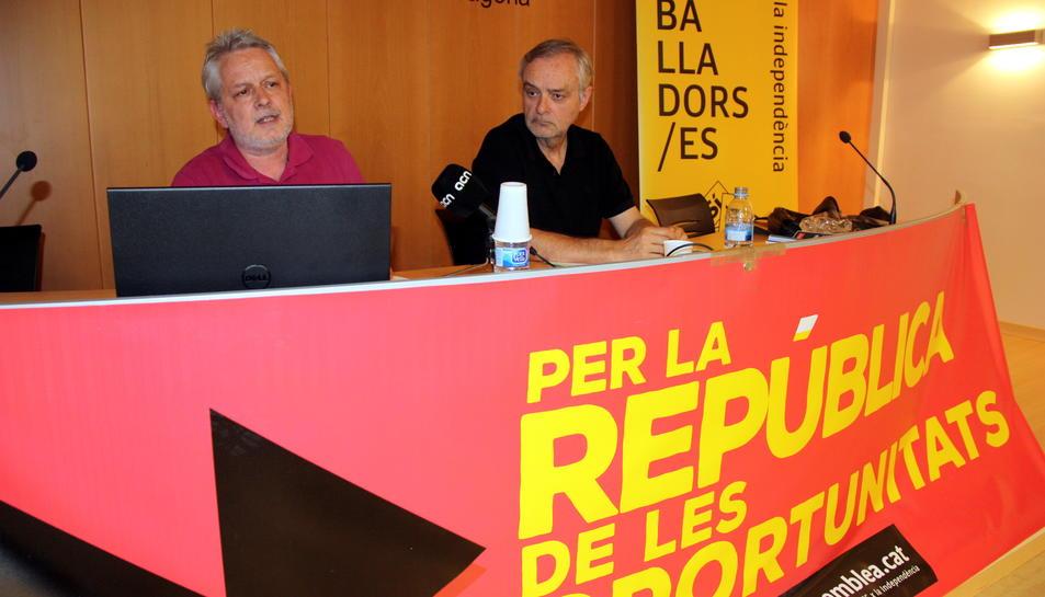 Jaume Morron, autor de l'estudi, a l'esquerra de la imatge, presentant el seu treball 'El preu de la dependència'