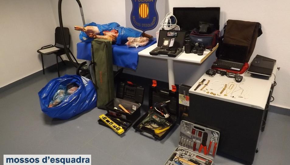 Imatge del material recuperat pels Mossos d'Esquadra a casa d'un dels detinguts, el maig de 2016