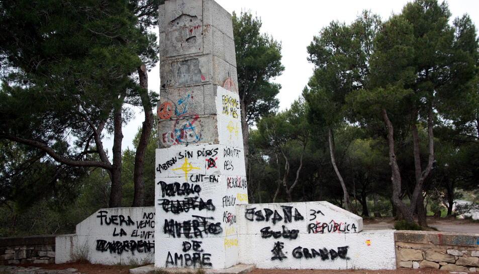 L'estat actual, ple de pintades, del monument franquista del Coll del Moro.