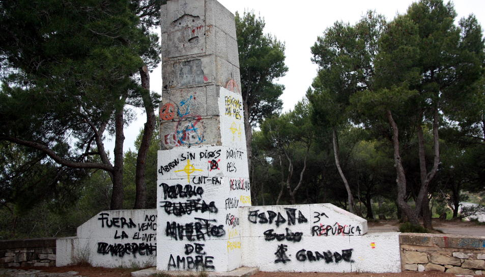 Pla general de l'estat actual, ple de pintades, del monument franquista del Coll del Moro de Gandesa. Imatge del 25 de maig de 2016 (horitzontal)