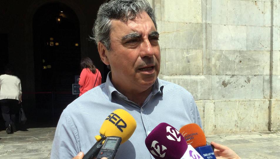 Primer pla del portaveu de CiU a l'Ajuntament de Tarragona, Albert Abelló, en una atenció als mitjans davant del consistori el 25 de maig del 2016