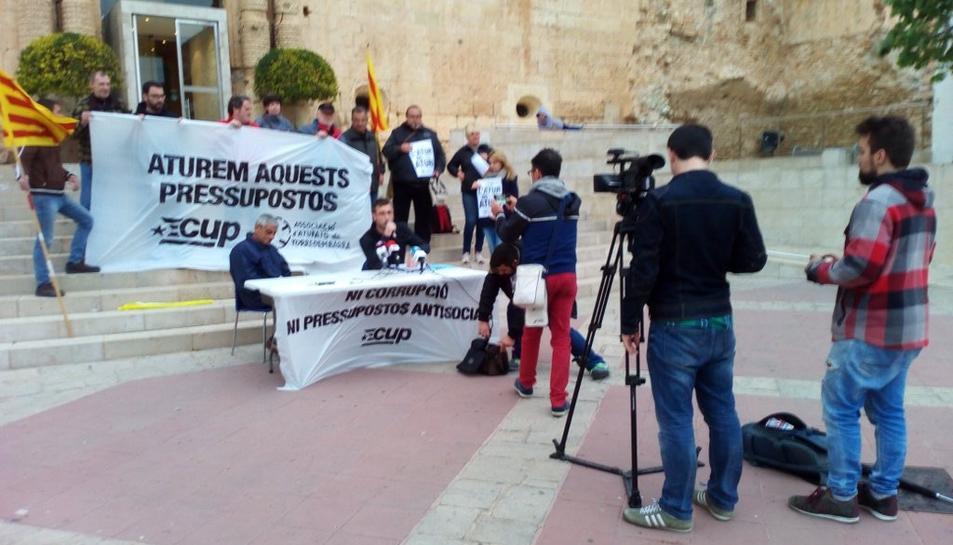 La CUP denuncia una multa al regidor Toni Sacristán per penjar un cartell a un senyal de trànsit