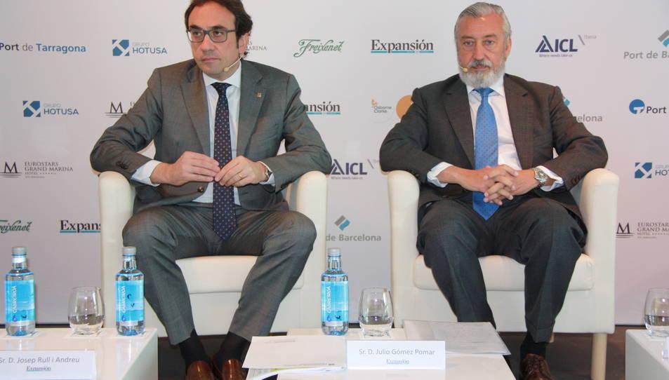 El conseller de Territori, Josep Rull, amb Julio Gómez-Pomar, durant les jornades en què van mantenir una picabaralla dialèctica.