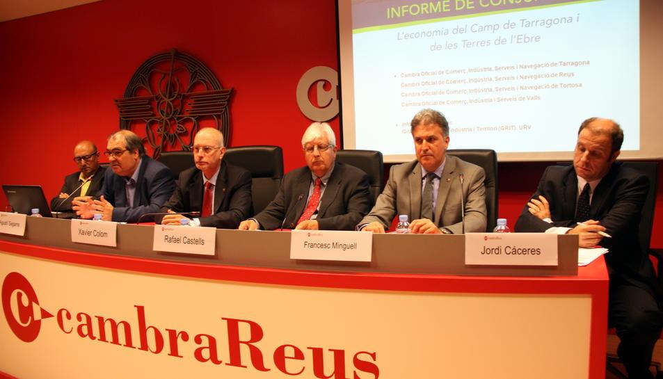 D'esquerra a dreta, Joaquim Margalef, Agustí Segarra, Xavier Colom, Rafael Castells, Francesc Minguell i Jordi Cáceres, en representació de la URV, la Diputació i les quatre cambres, a la presentació de l'informe de conjuntura, el 26 de maig del 2016. (Ho